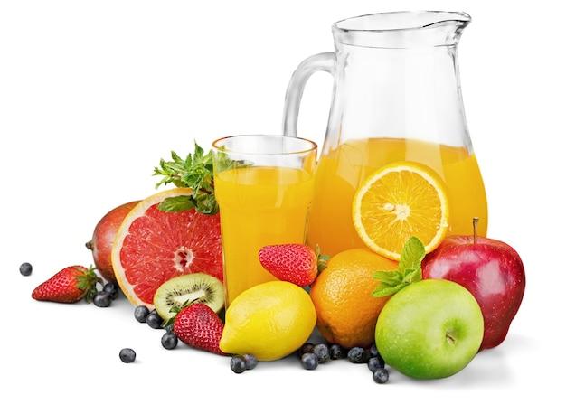Petit déjeuner avec jus d'orange et croissants frais