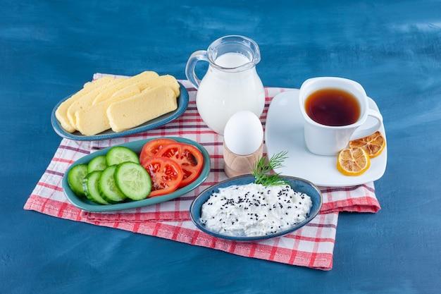 Un petit déjeuner léger sur un torchon, sur le bleu.