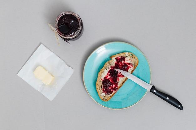 Petit déjeuner avec marmelade