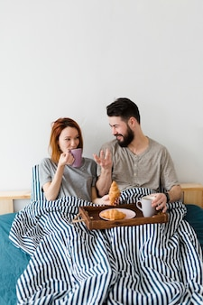 Petit déjeuner le matin au lit et couvertures
