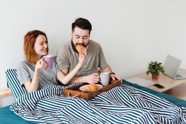 Petit déjeuner le matin au lit vue haute