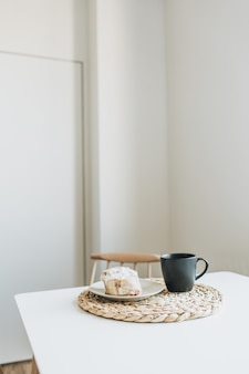 Petit déjeuner le matin avec café et dessert sur table.