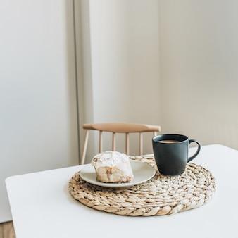 Petit déjeuner le matin avec café et dessert