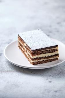 Petit déjeuner le matin avec café et gâteau. morceau de gâteau sur une assiette