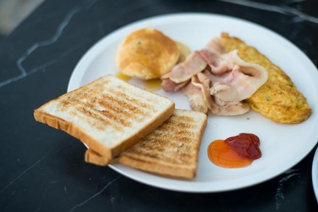 Petit déjeuner le matin en été