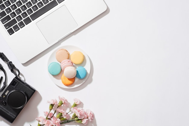 Petit-déjeuner matinal confortable avec des macarons ou des macarons aux couleurs pastel.