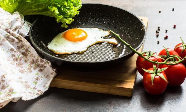 Petit déjeuner avec oeuf au plat et légumes