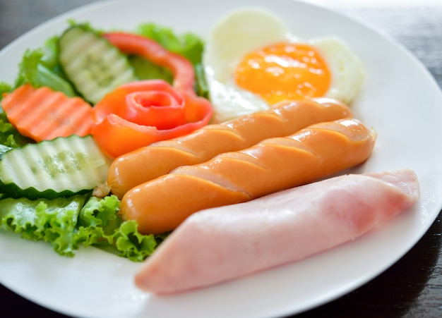 Petit-déjeuner avec œufs au plat, bacon, saucisses
