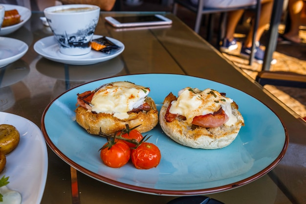 Petit-déjeuner avec œufs au plat, bacon et tomates grillées