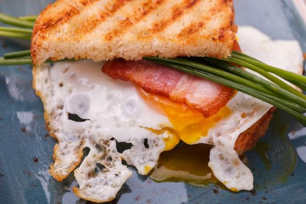 Petit déjeuner, œufs, bacon et pain grillé