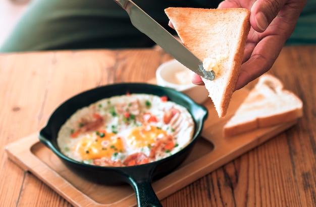 Petit déjeuner avec œufs et beurre