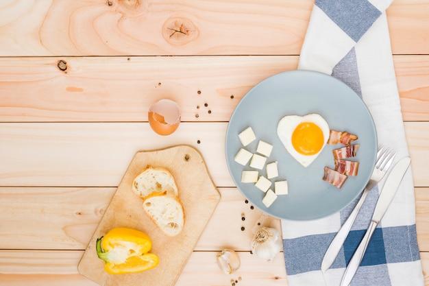 Petit déjeuner avec des œufs et du bacon