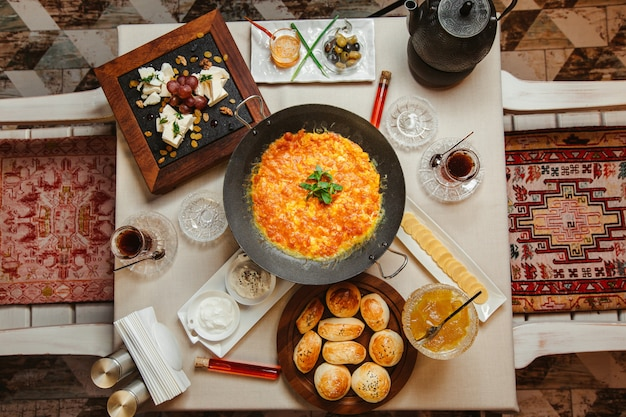 Petit-déjeuner avec omelette à la tomate