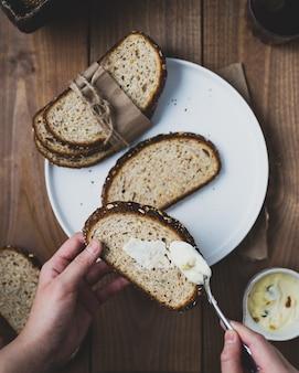 Petit déjeuner avec pain et beurre