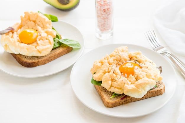 Petit déjeuner avec pain complet et pain grillé et œuf à la nuée