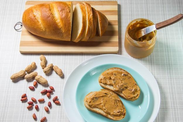 Petit déjeuner, pain, sandwichs au beurre de cacahuète. sandwich au beurre d'arachide - nourriture et boisson