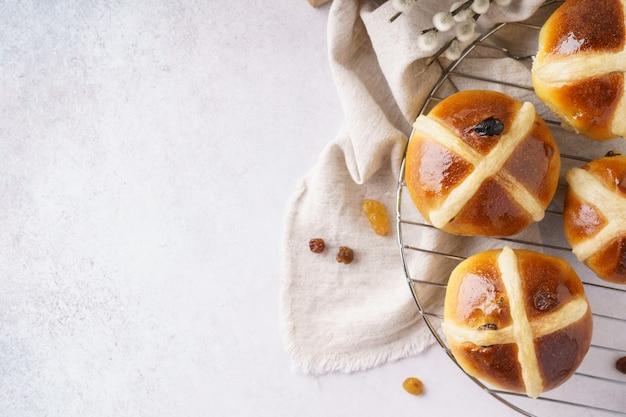 Petit-déjeuner de pâques avec brioches traditionnelles.