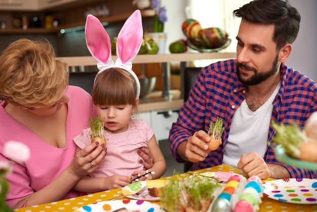 Petit-déjeuner de pâques de la famille heureuse