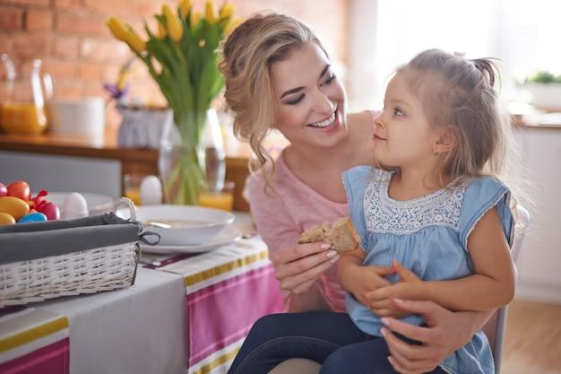 Petit-déjeuner de pâques avec ma petite fille