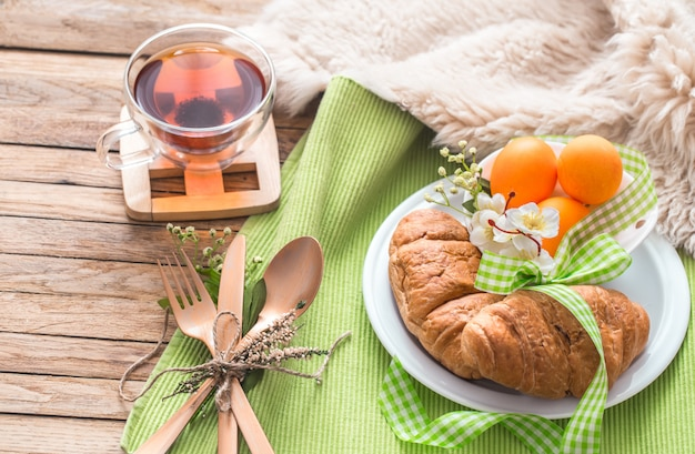 Petit déjeuner de pâques sur mur en bois