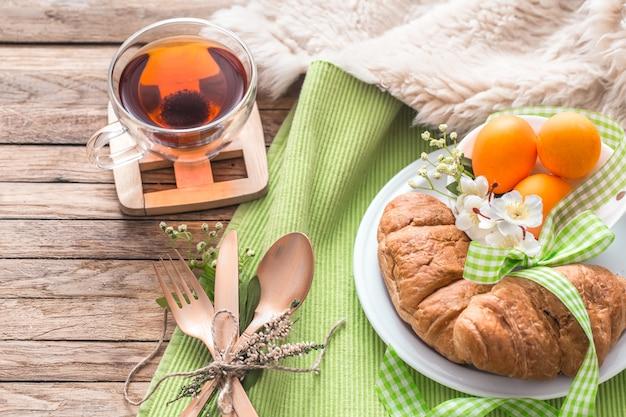 Petit déjeuner de pâques sur table en bois