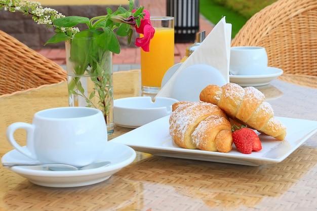 Petit déjeuner par une matinée ensoleillée