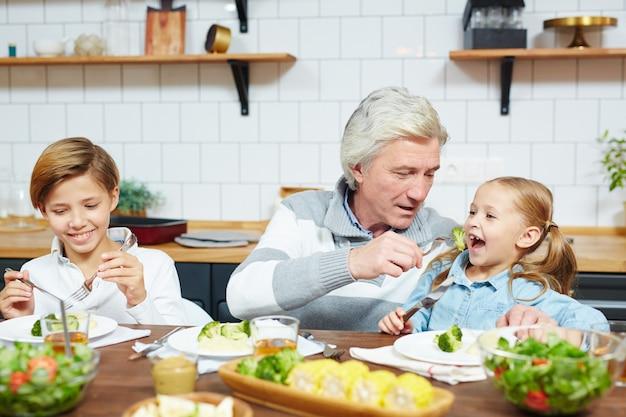 Petit déjeuner avec petits-enfants