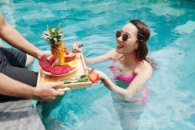 Petit-déjeuner en piscine