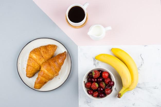 Petit déjeuner plat lay avec café