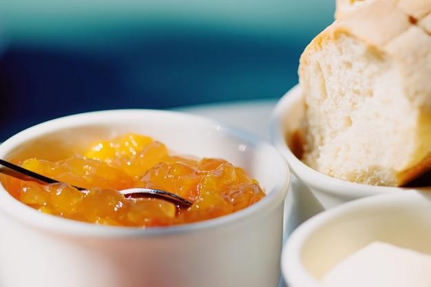 Petit déjeuner en plein air en été confiture de jambon beurre et jambon