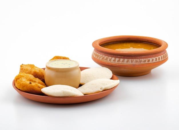 Petit-déjeuner populaire du sud de l'inde, idli, vada, sambar ou chutney