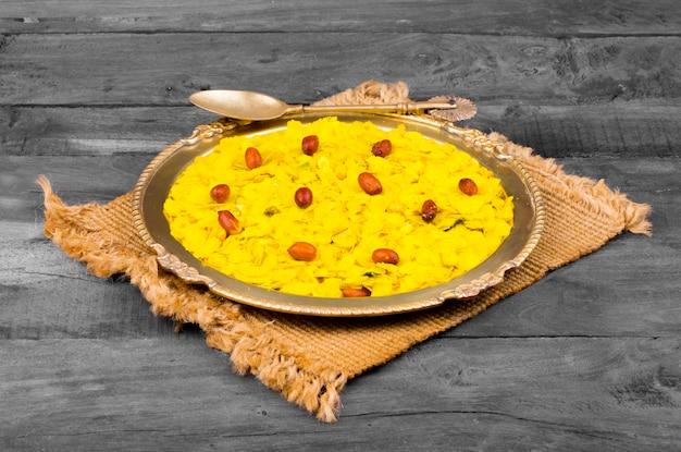 Petit déjeuner populaire indien épicé et croustillant poha chivda