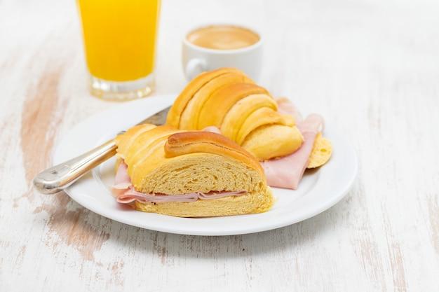 Petit-déjeuner portugais sur table en bois