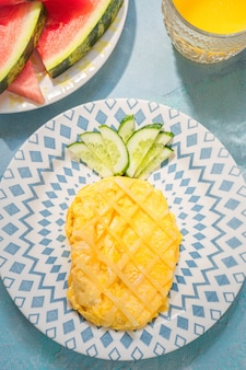 Petit déjeuner pour les enfants - l'omelette ressemble à l'ananas