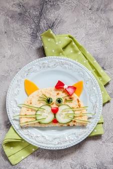 Petit-déjeuner pour les enfants avec quesadilla aux chats
