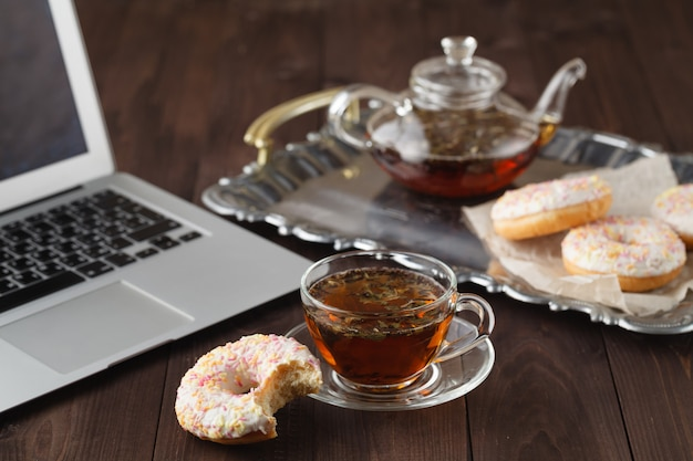 Petit-déjeuner pour la saint-valentin avec thé et beignet
