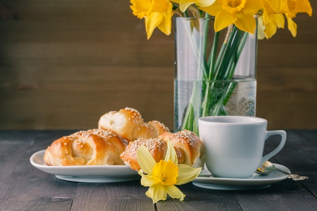 Petit-déjeuner de printemps avec des bagels croustillants au sésame fraîchement cuits