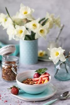 Petit déjeuner de printemps avec des fleurs, des gâteaux au fromage et des baies fraîches