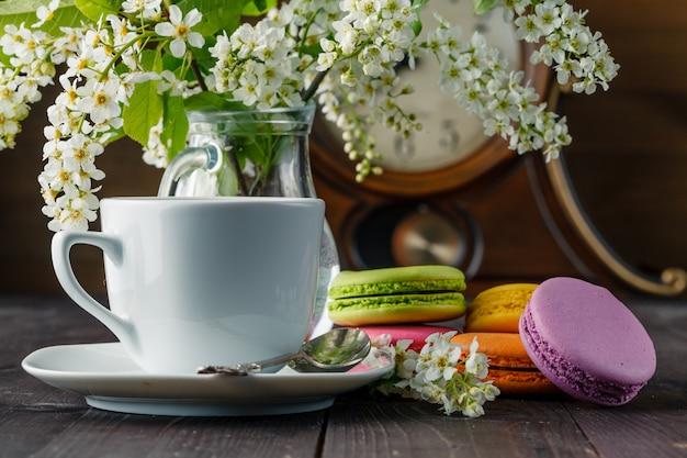 Petit déjeuner de printemps avec des fleurs et des macarons