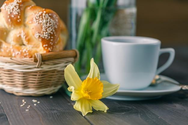 Petit déjeuner de printemps avec pâtisserie et fleurs de printemps