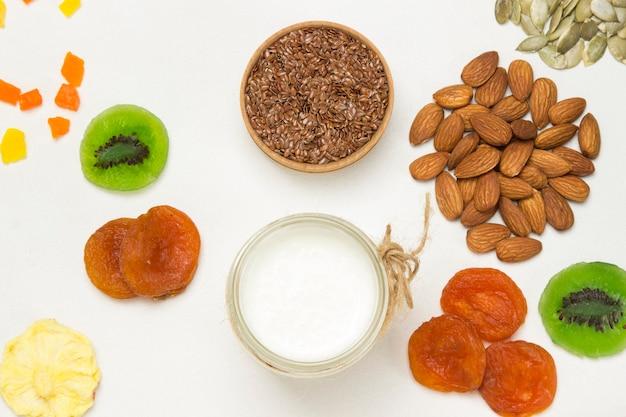 Petit-déjeuner protéiné équilibré. fruits baies graines, yogourt aux noix.