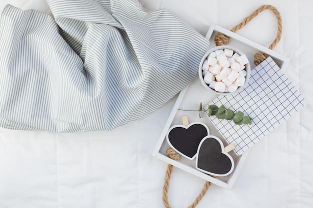Petit déjeuner romantique au lit. concept de valentine