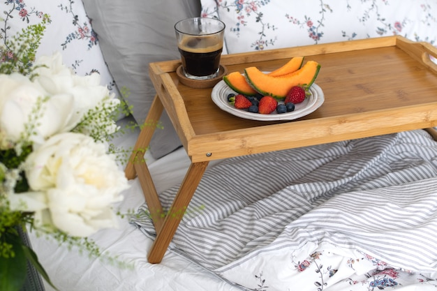 Petit-déjeuner romantique au lit