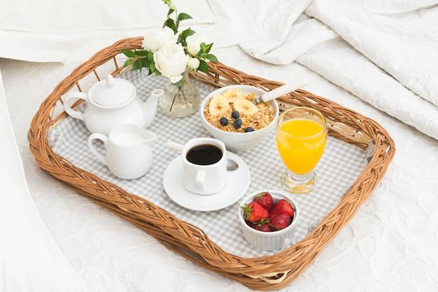 Petit-déjeuner romantique sur plateau