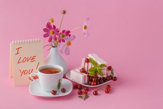 Petit-déjeuner romantique pour sa petite amie avec des bonbons aux cerises