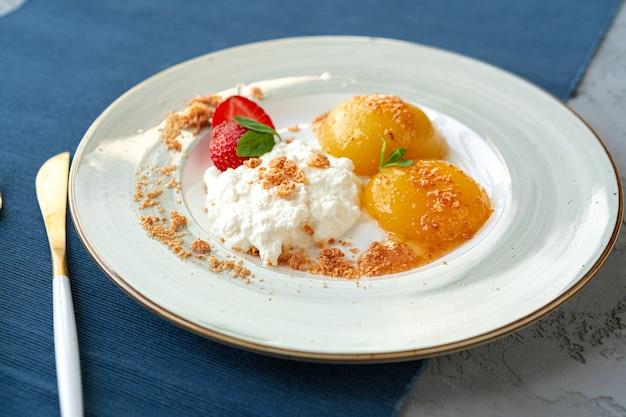 Petit-déjeuner sain au fromage cottage et aux abricots en conserve