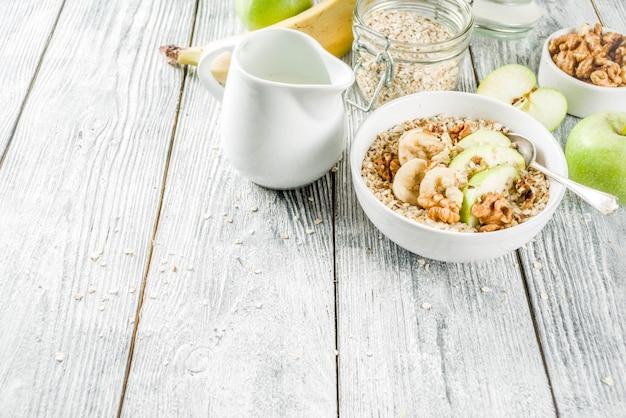 Petit-déjeuner sain à l'avoine avec noix et fruits