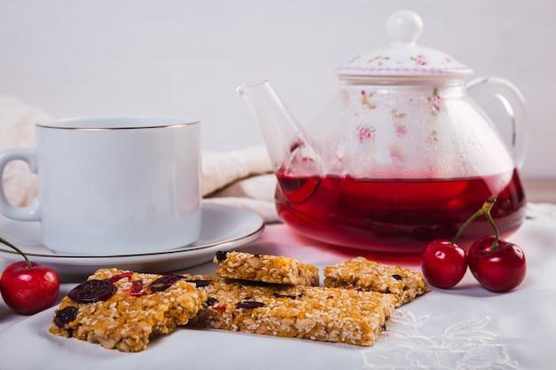 Petit-déjeuner sain avec barre de céréales aux graines et aux fruits.