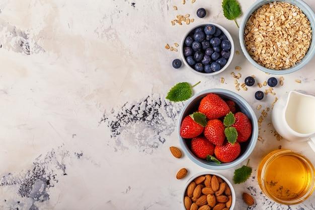 Petit-déjeuner sain - un bol de flocons d'avoine, de baies et de fruits
