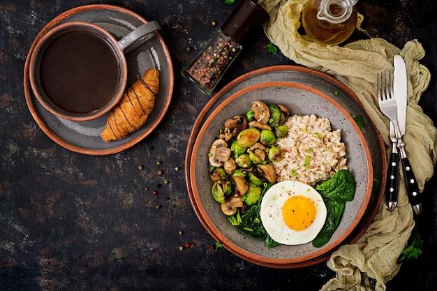 Petit-déjeuner sain. bouillie d'avoine, oeuf et salade de légumes cuits